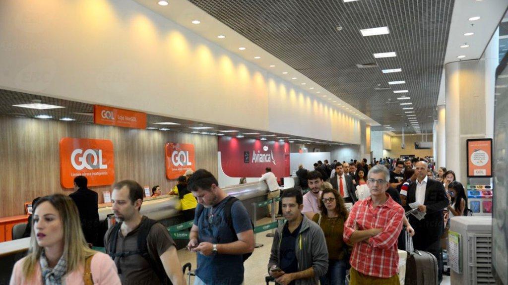 O Aeroporto Santos Dumont, na região central do Rio de Janeiro, foi reaberto nesta terça-feira (30) para pousos e decolagens às 8h30 da manhã e opera por instrumentos no momento; a estimativa é de 21 voos cancelados até as 11h; nenhum voo chegou a ser desviado para o Aeroporto Internacional Tom Jobim, mas passageiros com destino ao Rio foram realocados em voos para o Galeão