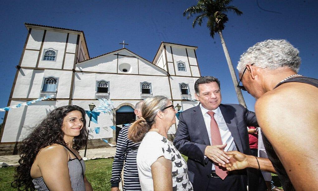 Pirenópolis comemorou 290 anos neste sábado e o governador Marconi Perillo assinou convênio de R$ 5 milhões, em recursos do Programa Goiás na Frente, para que a prefeitura realize obras de pavimentação na cidade; durante a solenidade, realizada em um espaço montado ao lado da Igreja Matriz de Pirenópolis, Marconi assinou ordem de serviço para implantação do Projeto Meninas de Luz, da OVG, que promove auxílio a adolescentes em situação de risco grávidas, com idade entre 12 e 21 anos, com atendimento social e de saúde, além de orientações sobre cuidados com o bebê