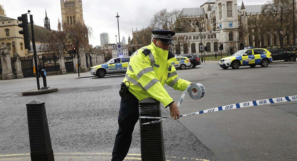 """Uma explosão na Oxford Street, considerada a rua comercial mais movimentada da Europa, causou pânico e correria nesta quinta-feira, informou a mídia britânica; pelo menos uma pessoa foi socorrida com ferimentos leves; muita fumaça também foi registrada logo depois da explosão; as autoridades de Londres descartaram ataque terrorista, e afirmaram que tudo não passou de uma """"pequena explosão em um sistema elétrico"""" local"""