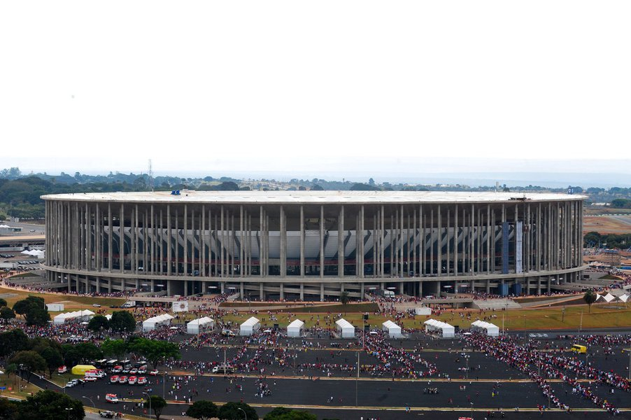 """Um estudo feito pela Terracap apontou que o potencial de receita do estádio Mané Garrincha durante toda sua vida útil–cerca de 100 anos–será de """"apenas R$ 171 milhões""""; a informação consta de relatório da PF; como o valor de construção foi de R$ 1,5 bilhões e seu lucro pode chegar somente a R$ 171 milhões, o relatório apontou que o prejuízo estimado com o estádio é de R$ 1,3 bilhão; a PF indiciou 21 pessoas no suposto superfaturamento da obra, a mais cara da Copa do Mundo; dentre os indiciados, estão os ex-governadores do Distrito Federal Agnelo Queiroz e José Roberto Arruda"""