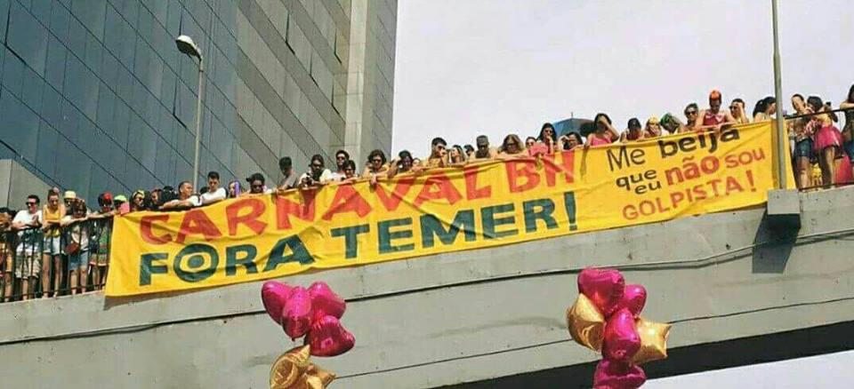 """Somente um dos (pelo menos) seis blocos que puxam o #ForaTemer em Belo Horizonte distribuirá mais de mil adesivos nestes dias de folia; estima-se que a campanha 'Carnaval BH Fora Temer' distribuirá cerca de 100 mil adesivos até o fim do carnaval; circula pelos blocos uma faixa de mais de 50 metros de comprimento e um estandarte de 15 metros, além de carimbos com os dizeres 'Fora Temer' para """"tatuar"""" os foliões; """"A maior festa popular do Brasil se transformando num grande grito de protesto e indignação contra Temer e sua camarilha golpista"""", analisa o cientista social e professor da PUC Minas Robson Sávio; no vídeo,o grito de 'Fora Temer' do bloco O Síndico de Belo Horizonte"""