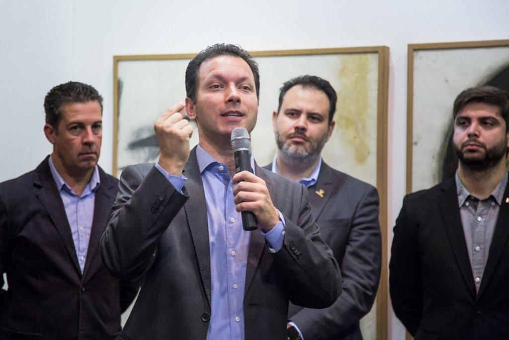"""Em discurso durante ato de assinatura de decreto sobre o licenciamento para a construção civil, o prefeito de Porto Alegre, Nelson Marchezan Jr. (PSDB), demonstrou irritação e disse ter sido surpreendido com a decisão da Câmara de Vereadores de aprovar a elevação do teto dos servidores do Executivo municipal para R$ 30.471,11, revertendo assim a decisão de estipular o teto municipal em R$ 19.477,40, que ele havia sancionado em abril;""""Uma das economias [propostas no ajuste] era retirar daqueles que tem uma remuneração bastante mais elevada do que a média de todos os brasileiros. Essa decisão da Câmara de elevar o teto para trinta e um mil aumenta em mais de R$ 50 milhões por ano a despesa do governo municipal, isso é um terço de uma folha de pagamento"""", disse o prefeito"""