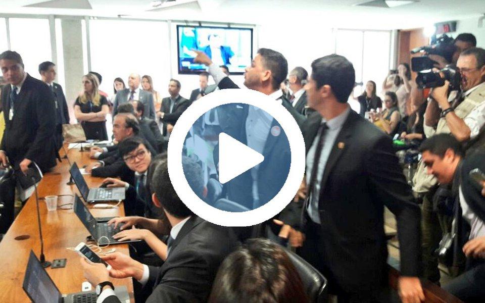 Policiais do Senado tentaram expulsar um cidadão da Comissão de Assuntos Econômicos (CAE) durante a sessão desta terça-feira 30, que discute a reforma trabalhista do governo Temer; na confusão, a senadora Vanessa Grazziotin (PCdoB-AM) chegou a ser empurrada; assista