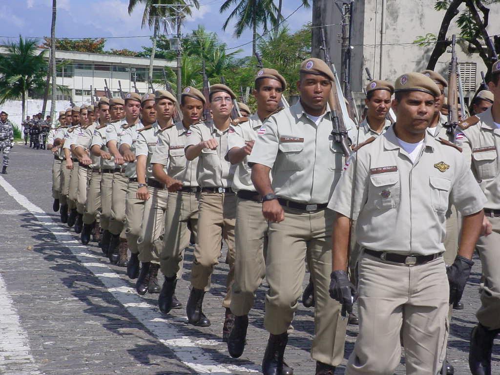 A Polícia Militar da Bahia teve reajuste salarial de 65% nos últimos cinco anos, segundo dados da Secretaria da Administração do Estado (Saeb). Entre 2012 e 2017, a remuneração básica de um soldado saltou de R$ 2.326,96 para R$ 3.845,15; 'Este avanço é fruto de uma política estadual de valorização dos policiais militares, que receberam promoções, por meio da Gratificação de Atividade Policial Militar (GAP), e reajustes lineares nos últimos cinco anos', diz o governo do Estado em nota