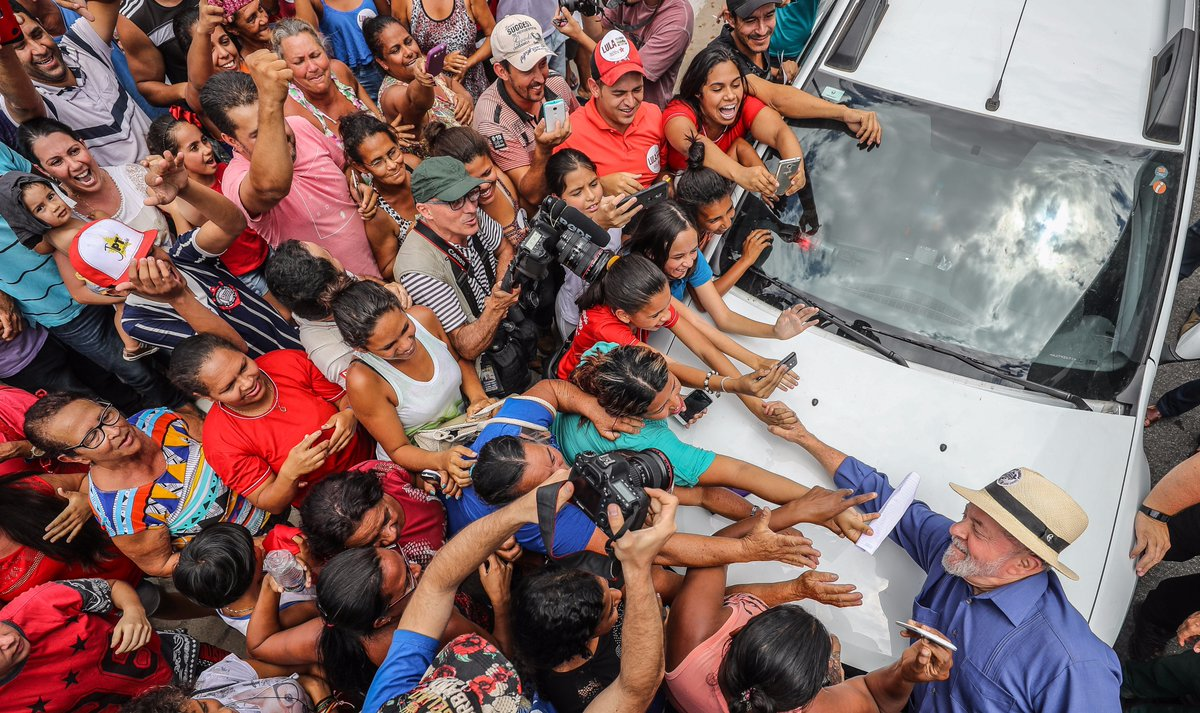 """De passagem por Itaobim, Minas Gerais, o ex-presidente Lula escancarou o mercado de votos de Michel Temer para ficar na presidência; """"O Temer gastou 14 bilhões pra se manter na presidência da outra vez. Hoje está gastando mais 12. Mais do que o Luz Para Todos"""", comparou; Lula também disse, em crítica ao governo, que """"estão tentando resolver a crise colocando a conta nas costas do pobre e do aposentado""""; Lula voltou a condenar a perseguição judicial da Lava Jato e enalteceu a importância do PT nas eleições; """"Nenhum outro partido consegue trazer gente às 3 horas da tarde, num calor desse que já está queimando até couro do sapato""""; assista"""