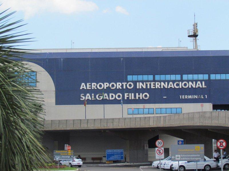 O Aeroporto Internacional Salgado Filho, de Porto Alegre, foi leiloadopara o grupo alemão Fraport AG Frankfurt, em umatransação na sede da BM&FBovespa, em São Paulo; ele foi arrematado pelo valor de R$ 290,5 milhões, com ágio de 825,12%; a empresa irá administrar o Salgado Filho pelos próximos 25 anos, podendo ser prorrogado
