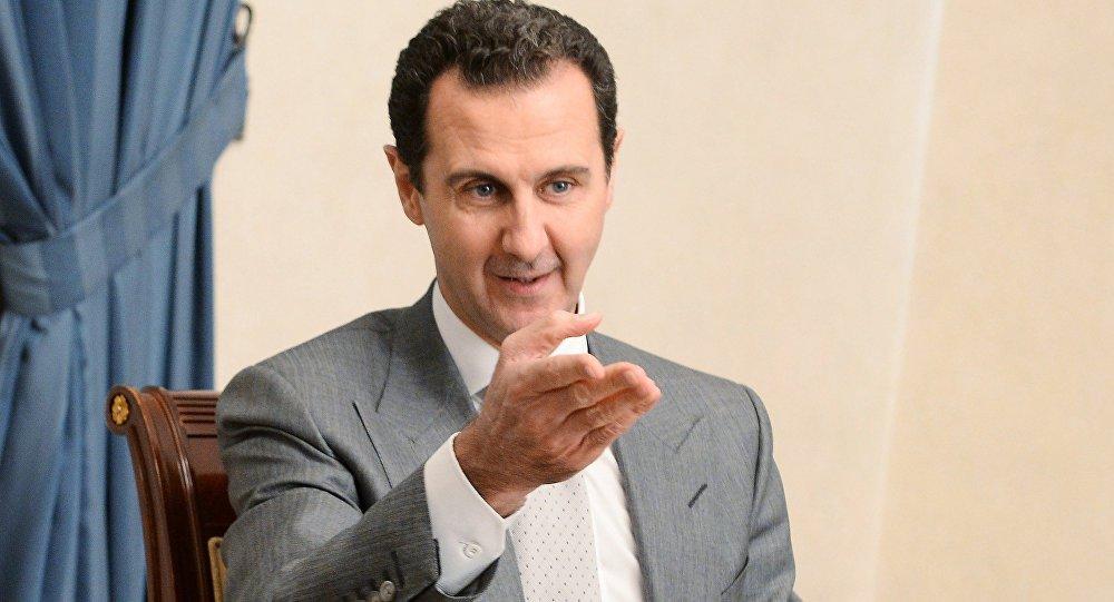 """Presidente da Síria, Bashar Assad declarou à agência Sputnik que os Estados Unidos e outros países ocidentais bloqueiam as tentativas de investigação sobre o uso de armas químicas na Síria; """"Especialistas verão que todos os relatos sobre o ataque químico em Khan Shaykhun não são verdade assim que eles chegarem ao local"""", disse o líder sírio; segundo ele, a Síria enviou uma carta à ONU solicitando o envio de uma delegação para investigar os supostos ataques químicos na região; """"Claro, eles não enviaram ninguém até agora, porque os países ocidentais e os Estados Unidos impedem a chegada de uma delegação"""", disse Assad"""