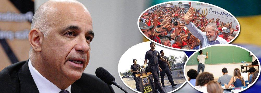 """Em entrevista à TV 247, o sociólogo e professor Jessé Souza fala de seu novo livro, """"A elite do atraso – da escravidão à Lava Jato"""", em que apresenta sua tese sobre como é legitimada a desigualdade social no Brasil; para o intelectual, """"o ódio aos pobres é o principal problema político e social brasileiro e vem de 500 anos"""", tendo se tornado """"a versão moderna do ódio ao escravo""""; o PT, em sua visão, """"não saiu e não está sendo perseguido por conta de corrupção"""", mas por ter destinado mais recursos aos pobres; e a Operação Lava Jato """"foi a maior traição ao Brasil em 500 anos de história""""; Jessé também critica duramente a Rede Globo e avalia que Jair Bolsonaro é fruto do casamento entre Globo e Lava Jato"""