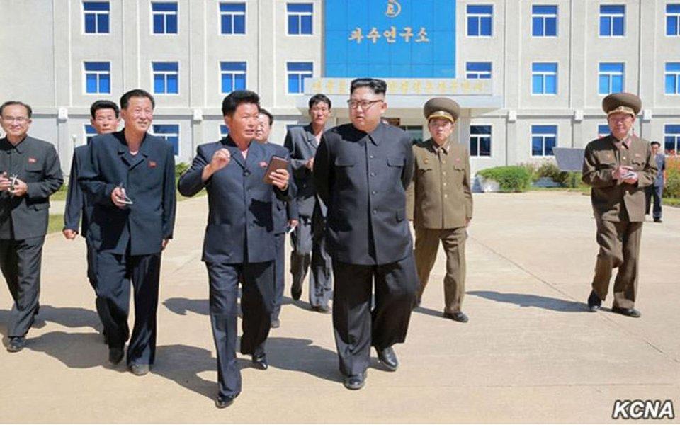 Coreia do Norte disse que pode testar uma bomba de hidrogênio sobre o oceano Pacífico, depois que o presidente dos Estados Unidos, Donald Trump, se comprometeu a destruir o recluso país, e o líder norte-coreano, Kim Jong Un, prometeu fazer com que Trump pague caro por suas ameaças; ministro de Relações Exteriores de Kim, Ri Yong Ho, disse que a Coreia do Norte irá considerar o teste de uma bomba de hidrogênio de escala sem precedentes sobre o oceano Pacífico