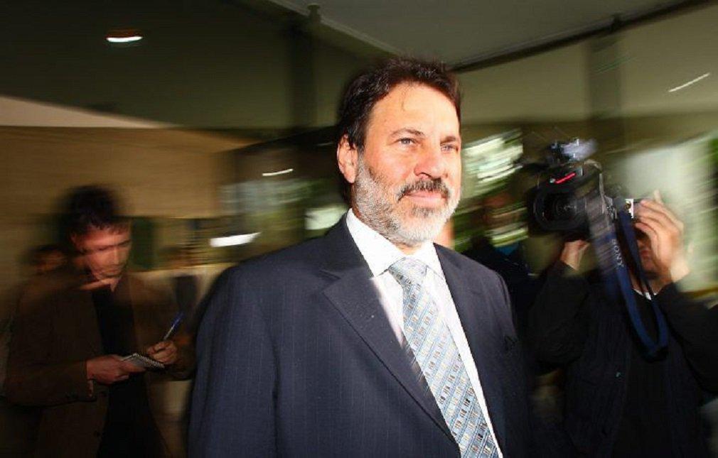 O juiz federal Sergio Moro condenou na manhã desta quinta-feira o ex-tesoureiro do PT Delúbio Soares e os empresários Enivaldo Quadrado e Ronan Maria Pinto a cinco anos de prisão, em regime fechado, pelo crime de lavagem de dinheiro; sentença é referente a um empréstimo realizado em 2004, de R$ 12 milhões, do Banco Schahin ao pecuarista José Carlos Bumlai; empréstimo, porém, seria destinado ao PT, de acordo com a denúncia do Ministério Público Federal (MPF); pagamento do empréstimo teria ocorrido através de um contrato fictício de Bumlai com o banco