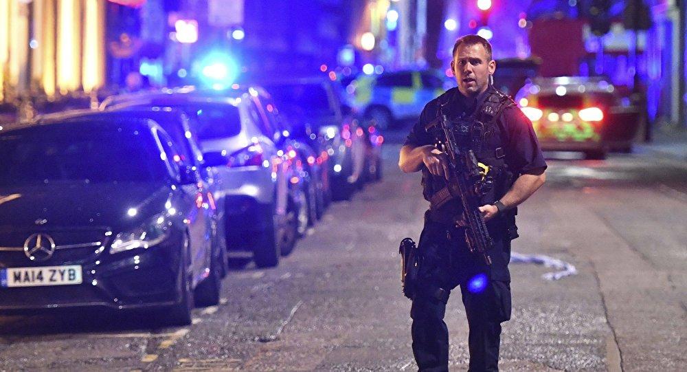 Um grupo de três suspeitos utilizou um furgão para fazer atropelamentos e depois atacou pedestres com uma faca antes de ser executado pelas forças policiais. O ataque gerou 7 mortos e 30 feridos; a Polícia Metropolitana de Londres afirmou que os suspeitos entraram em confronto com asautoridades e foram baleados oito minutos após a primeira chamada telefônica informando dos crimes. O ataque começou na Ponte de Londres e os suspeitos foram executados nas cercanias do Borough Market