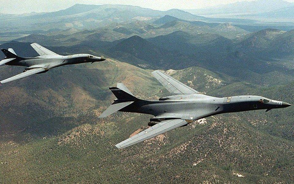 Forças Armadas dos Estados Unidos sobrevoaram a Península Coreana com dois bombardeiros B-1B Lancer da Força Aérea no final da terça-feira (horário local), em meio às elevadas tensões por contas dos programas nuclear e de mísseis da Coreia do Norte; bombardeiros B-1B foram escoltados por dois caças F-15K da Coreia do Sul depois de deixarem sua base em Guam, avões realizaram exercícios ar-terra nas águas da costa leste da Coreia do Sul, depois voaram para águas entre a Coreia do Sul e a China para repetir o exercício