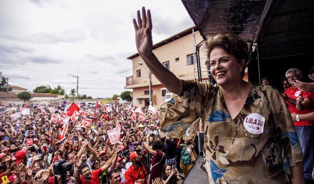 """Presidente deposta Dilma Rousseff participa neste sábado, 28, da caravana do ex-presidente Lula por Minas Gerais; durante discurso em Bocaiúva, Dilma foi firme ao criticar a coalizão do PSDB e PMDB na deflagração do impeachment sem comprovação de crime de responsabilidade contra ela; """"Temos que compreender que impeachment é um roubo contra a população brasileira"""", criticou Dilma; a petista, que lidera as intenções de voto para uma candidatura ao Senado por Minas, criticou o governo de Michel Temer por reduzir a praticamente zero os recursos destinados ao Pronaf; """"Um governo que não respeita seu povo, também não é respeitado por ninguém"""", afirmou; acompanhe o ato ao vivo"""