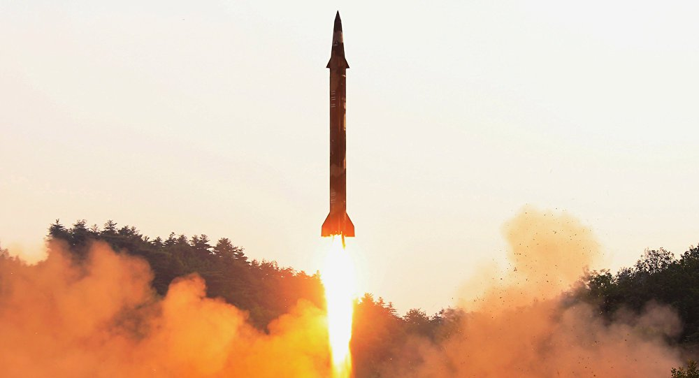 """O míssil que a Coreia do Norte disparou ontem sobre o Japão era de médio alcance e não ameaçou o território dos Estados Unidos, garantiu nesta terça-feira (29) o Pentágono em um comunicado; """"A avaliação inicial indica o lançamento de um míssil balístico de categoria intermediária (...) que [segundo] o Comando de Defesa Aeroespacial dos EUA não representou uma ameaça para a América do Norte"""", disse a nota, que detalhou ainda que o míssil tampouco pôs em perigo à ilha de Guam; esse foi o 13º lançamento de um míssil balístico por parte de Pyongyang este ano"""