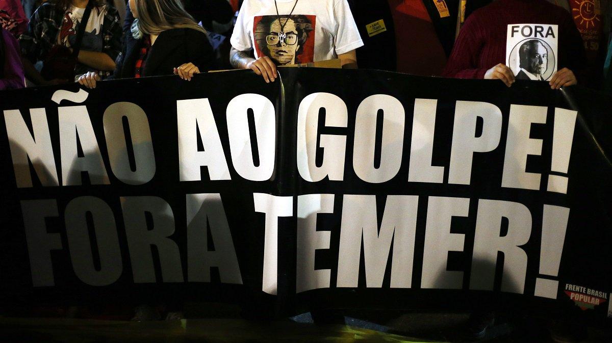 Manifestantes com faixa contra o golpe durante Protesto Fora Temer realizado no Centro Cívico em Curitiba, PR.