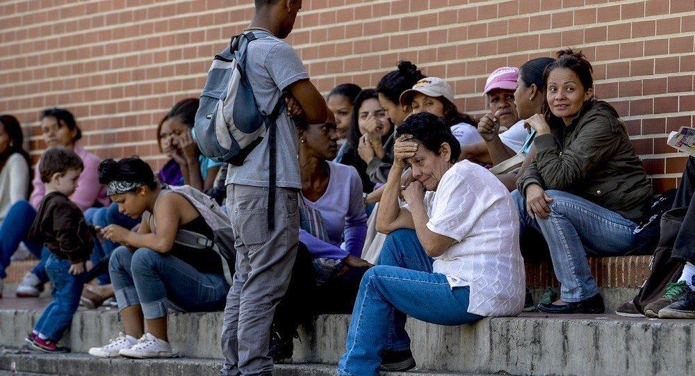 Segundo relatório daorganização não governamental (ONG) Human Rights Watch, divulgado nesta terça-feira, 18, 12 mil pessoas vindas da Venezuela entraram no país desde 2014, sendo que 7,1 mil somente nos 11 primeiros meses de 2016; a grande quantidade de venezuelanos que entra no Brasil fugindo da crise política e econômica do país vizinho tem impactado os serviços de saúde em Roraima; no hospital de Pacaraima, cidade fronteiriça, as informações coletadas pela ONG apontam que 80% dos atendidos são venezuelanos.