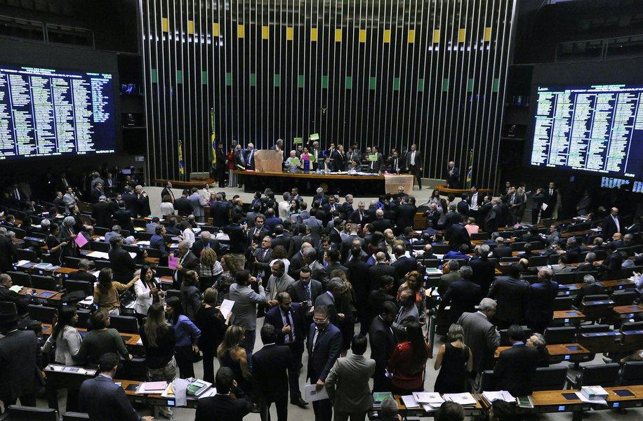 Plenário da Câmara dos Deputados aprovou, por 301 votos a 127, o texto-base do Projeto de Lei Complementar que cria o Regime de Recuperação Fiscal dos Estados para ajudar os entes endividados em troca de contrapartidas como elevação de alíquotas de contribuição social de servidores, redução de incentivos tributários e privatizações; destaques apresentados ao texto do relator, deputado Pedro Paulo (PMDB-RJ), serão analisados nesta quarta-feira (19)