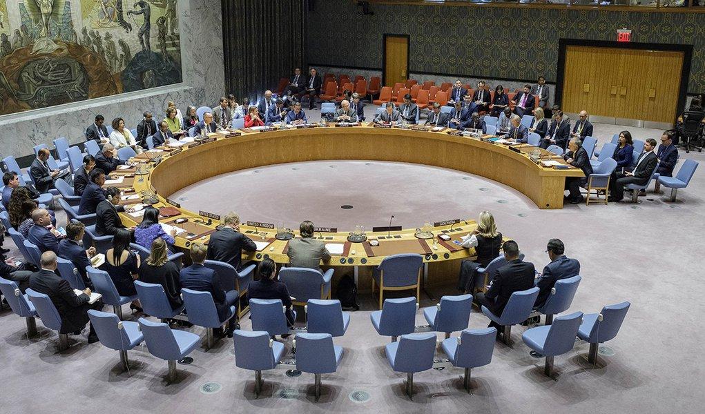 O Conselho de Segurança da ONU (Organização das Nações Unidas) impôs nesta segunda-feira (11), com uma decisão unânime, novas sanções contra a Coreia do Norte; decisão ocorre após o sexto - e mais poderoso - teste nuclear do país, realizado em 3 de setembro; com a decisão, a ONU proíbe a Coreia do Norte de importar todos os líquidos de gás natural e condensados, enquanto reduz as importações de petróleo bruto ao nível dos últimos 12 meses, e limita a importação de produtos petrolíferos refinados para 2 milhões de barris por ano