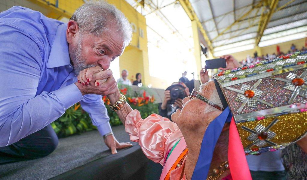 """Em novo discurso em Alagoas, terceiro estado da caravana pelo Nordeste, o ex-presidente Lula pediu nesta quarta-feira 23 para que o combate à corrupção no Brasil não destrua as nossas empresas; """"Para acabar com a corrupção você não pode acabar com as empresas, você prende o empresário e deixa os trabalhadores que precisam de salário"""", destacou; """"Eles acabaram com o Farmácia Popular, querem vender a Eletrobras e querem destruir a engenharia brasileira a pretexto de combater corrupção"""", disse Lula; assista à íntegra"""
