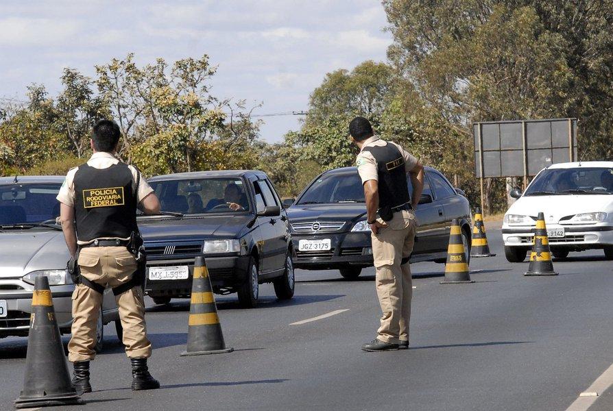 As polícias rodoviárias Estadual e Federal registraram 32 acidentes, com 24 feridos e nove mortes nas estradas do Ceará durante o fim de semana. 16 pessoas foram autuadas e uma detida por dirigir sob o efeito de álcool