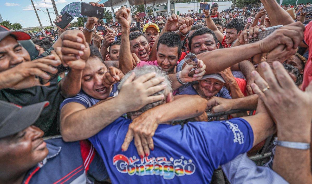 """Em mais um ato no Piauí na noite deste sábado 2, na capital Teresina, o ex-presidente Lula lembrou dos tempos em que o Brasil """"viveu um momento extraordinário"""", quando """"a gente tinha orgulho de mostrar o passaporte em qualquer lugar""""; """"Mas esse país extraordinário está acabando. Porque me parece que as pessoas que deram o golpe não conseguem explicar por que o país só piora"""", lamentou; """"Já fomos o país mais feliz do mundo. Hoje vizinhos se negam um bom dia"""", comparou Lula, em crítica ao governo Temer; a solução, disse ele, será""""quando tivermos um governo democraticamente eleito"""""""