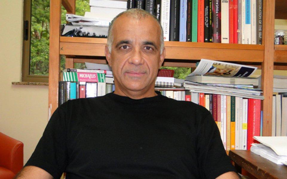 """Para o professor e sociólogo Jessé Souza, autor do livro """"A Elite do Atraso – Da Escravidão à Lava Jato"""", os chamados donos do poder perpetuaram um modelo baseado na servidão, simbolizada pela """"ralé"""" dos dias atuais. """"É uma elite que entrega o país, sempre entregou, sempre produziu golpes de Estado"""", afirmou; Souza ressalta que """"a Globo e a Lava Jato criminalizaram a demanda por igualdade"""" e que o crescimento ao apoio de nomes como o de Jair Bolsonaro são o resultado direto do """"casamento"""" entre emissora e força-tarefa"""