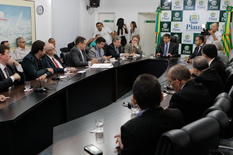"""O governador Wellington Dias reuniu-se, no Palácio de Karnak, com os representantes da Câmara Setorial de Energias Renováveis e gestores de outros órgãos, para discutir um plano que tem como objetivos principais o fomento a projetos do setor produtivo; um conjunto de medidas acertadas na reunião passará a fazer parte do planejamento para alavancar o setor de energias renováveis no estado; """"Atualmente, este é o setor mais dinâmico da economia do Piauí, no qual estão sendo investidos cerca de R$ 25 bilhões. Agora, setor público e privado trabalharão em conjunto para gerar emprego, desenvolvimento e crescimento econômico nessa área de energias limpas"""", destacou Wellington"""
