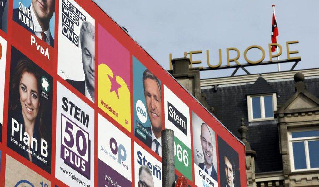 População da Holanda foi às urnas nesta quarta-feira em uma eleição vista como um teste do sentimento nacionalista, amplificado por um desentendimento com a Turquia nos últimos dias, na primeira de três votações neste ano na União Europeia nas quais partidos anti-imigrantes buscam avanços; partido de centro-direita VVD, do primeiro-ministro Mark Rutte, de 50 anos, disputa com o Partido da Liberdade (PVV) do incendiário líder anti-islã e anti-UE Geert Wilders, de 53 anos, para formar o maior partido no Parlamento