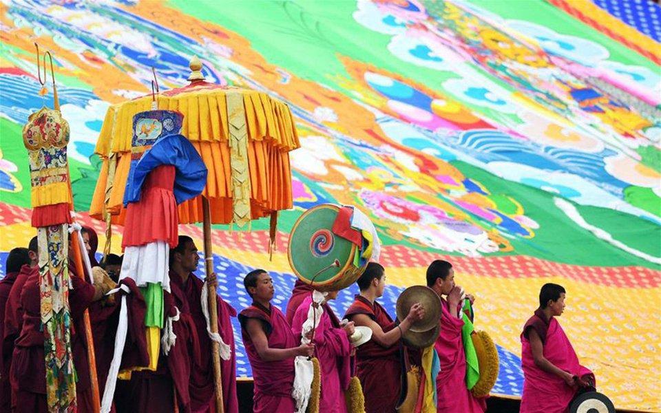 O budismo considera que a vida é uma escola de contínuo aperfeiçoamento físico, psíquico, mental e espiritual. Nesse sentido, as práticas artísticas são constantes, pois elas espelham um dos objetivos maiores do budismo tibetano que é a transformação do próprio indivíduo praticante em uma obra de arte. A pintura thangka é uma das principais formas da arte budista tibetana.