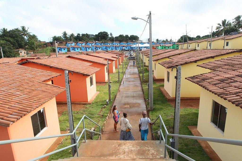 Dados analisados pela Superintendência de Estudos Econômicos e Sociais da Bahia (SEI) sobre o Déficit Habitacional do Brasil e suas unidades federativas apontam avanço no estado: a redução de 11,5% no déficit habitacional, que saiu de cerca de 511 mil domicílios em 2007 para 452 mil domicílios em 2015; entre as 27 estados, a Bahia foi o segundo que mais reduziu o Déficit (- 58.796 domicílios), atrás apenas do Maranhão (-72.498 domicílios)