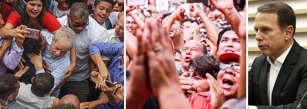 """No mesmo dia em que o ex-presidente Luiz Inácio Lula da Silva recebeu uma avalanche de carinho do povo brasileiro, o prefeito de São Paulo, João Doria, faltou a mais um dia de trabalho e foi fazer campanha antecipada em Fortaleza com seu único mote: o discurso de ódio;""""Vou mandar um recadinho para o ex-presidente Lula: você, além de sem vergonha, preguiçoso, corrupto e covarde, declarou hoje que o João Doria não deveria viajar, mas administrar a cidade de São Paulo. Lula, além de tudo talvez você não saiba ler. Você é inexpressivo"""", disse o tucano, que compete com Jair Bolsonaro pelo eleitorado fascista; o prefeito, no entanto, já vem tendo as asinhas cortadas pelo governador Geraldo Alckmin, que não deve permitir nem que ele concorra ao governo estadual"""