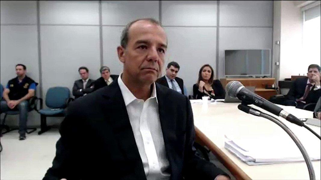 O ex-governador do Rio de Janeiro, Sérgio Cabral (PMDB), foi condenado pelo juiz Marcelo Bretas a 45 anos e dois meses de prisão por corrupção passiva, lavagem de dinheiro e liderar organização criminosa. Esta é a maior pena já aplicada em processos decorrentes da Operação Lava Jato; segundo a denúncia, que faz parte da Operação Calicute - um desdobramento da Lava Jato -, o esquema de Cabral desviava verbas do contratos do governo do Rio com empreiteiras; além do ex-governador, o juiz também condenou outras 11 pessoas por participação no esquema. A esposa de Cabral, Adriana Ancelmo, foi sentenciada a 18 anos e 3 meses de prisão