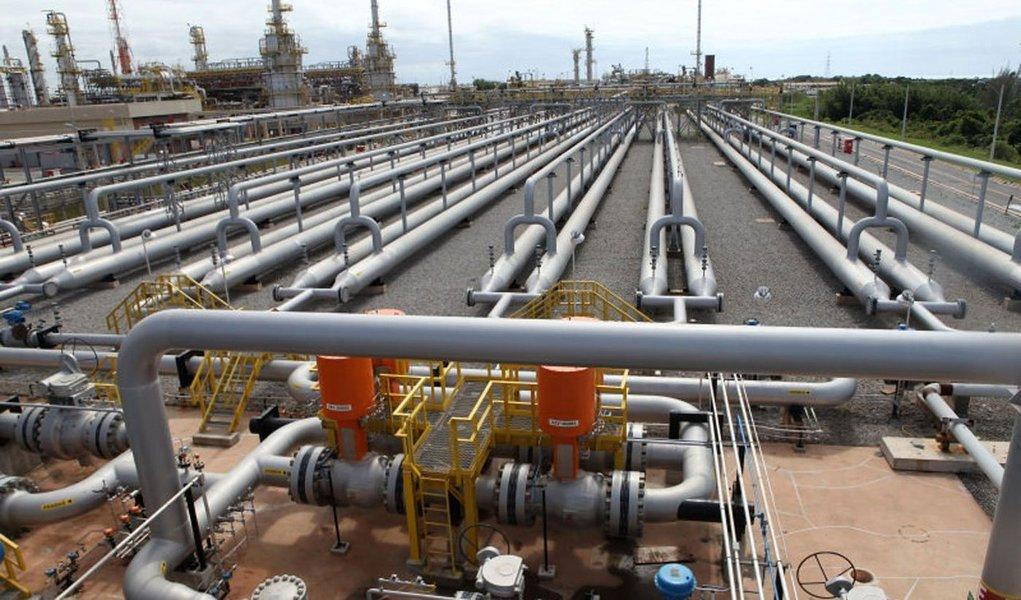 Petrobras anunciou início da fase não vinculante do processo de alienação de 90% de sua participação acionária na Transportadora Associada de Gás (TAG), como parte do plano de desinvestimentos de alguns de seus ativos; Transportadora Associada de Gás (TAG) foi criada pela Petrobras com o objetivo de atuar no segmento de transporte e armazenagem de gás natural por meio de gasodutos, terminais ou embarcações; venda dos ativos faz parte do programa de desinvestimento da companhia, com o objetivo de levantar cerca de US$ 20 bilhões até o final do próximo ano