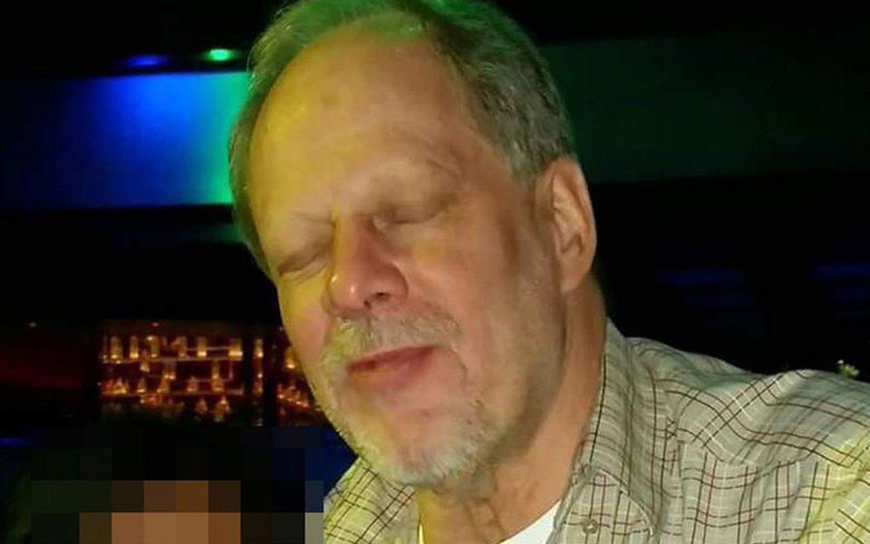 """A polícia de Las Vegas confirmou que o autor do ataque contra um show de música country nas proximidades do Mandalay Bay Casino é Stephen Paddock; de acordo com o xerife Joe Lombardo, Paddock é um homem branco, norte-americano, de 64 anos. Ele atirou do 32º andar do cassino, contra o público de 40 mil pessoas que assistia, do lado de fora do prédio, ao festival """"Route 91 Harvest Festival"""""""
