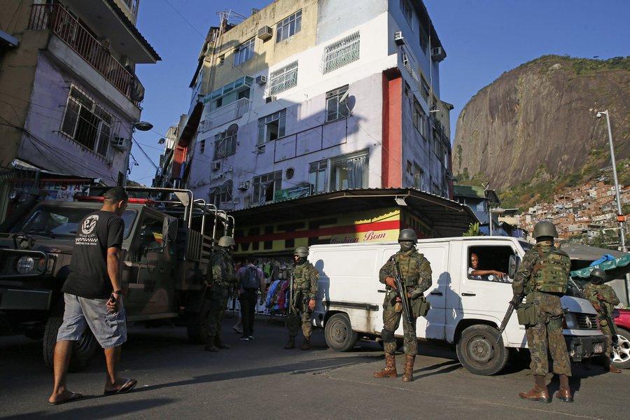 Meia hora após a saída das Forças Armadas da Rocinha, o Comando de Operações Especiais (COE) da PM montou uma base avançada na UPP da comunidade, de onde serão conduzidas às ações contra o tráfico de drogas na região; o COE é formado pelos batalhões de Operações Especiais (Bope), de Choque e de Ações com Cães, e sua equipe ficará por tempo indeterminado na Rocinha