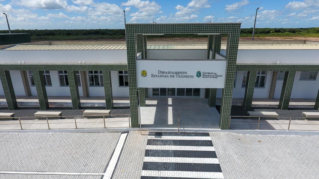 O Governador Camilo Santana (PT) estará em Camocim, neste sábado, onde inaugura a sede da Unidade Regional do Detran e assina ordem de serviço que autoriza o início das obras da Areninha do município. Juntas, as duas obras somam um investimento de quase R$ 4 milhões