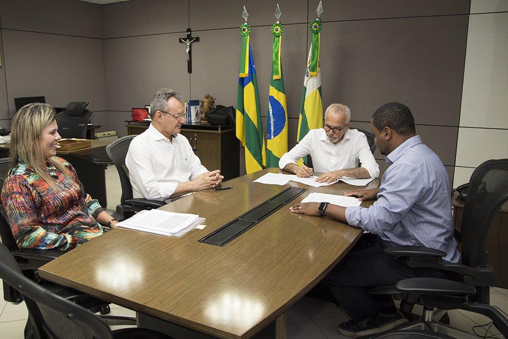 Projeto da prefeitura de Aracaju foi selecionado pelo Banco Interamericano de Desenvolvimento e receberá empréstimo de US$ 75 milhões; o prefeito Edvaldo Nogueira (PCdoB) e John Hobbs, executivo do banco, celebraram o acordo nesta sexta-feira (29); o acordo permitirá obras na capital sergipana