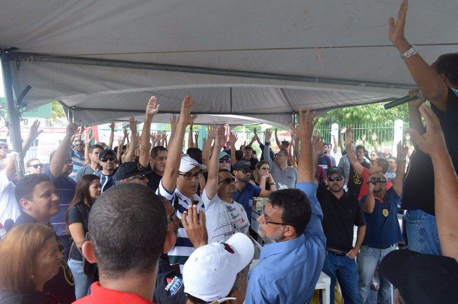 Atendendo a uma sugestão do Sindicato dos Policiais Civis de Alagoas (Sindpol), alguns agentes entregaram, na manhã desta quinta-feira, os cargos de chefia e com gratificação; medida faz parte da mobilização da categoria por reajuste no piso salarial; eles pedem que seja implantado o piso de nível superior, que é de R$ 3.700; e nesta sexta-feira (24) está marcada uma paralisação