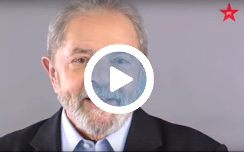 """Ex-presidente Lula, que lidera todas as pesquisas de intenção de voto, gravou um vídeo dirigido aos pernambucanos sobre as viagens que fará pelo Nordeste na caravana """"Lula pelo Brasil""""; no vídeo, Lula destaca realizações de seu governo como a transposição do São Francisco, a refirmaria Abreu e Lima, o Bolsa Família e a implantação de universidades e escolas técnicas; ele diz, ainda, que a caravana """"Lula pelo Brasil"""" terá como objetivo fazer uma grande viagem para """"ver as coisas de perto e ouvir as pessoas""""; caravana de Lula pelo Nordeste será iniciada no próximo dia 17 e será encerrada no dia 7 de setembro"""