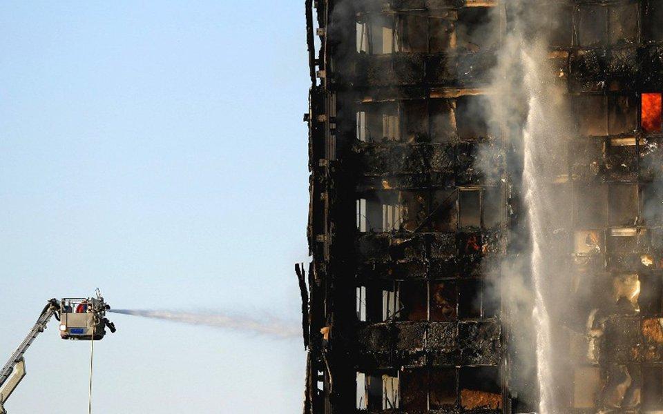 Número de mortos em decorrência do incêndio que consumiu um prédio residencial de Londres na semana passada subiu para 79, informou a polícia nesta segunda-feira, e o governo britânico disse estar trabalhando para instaurar rapidamente um inquérito público sobre a tragédia; fogo começou no prédio de 24 andares Grenfell Tower, um edifício de habitação social no oeste de Londres, na madrugada do dia 14 de junho e se espalhou com velocidade assustadora, consumindo o edifício enquanto moradores ainda estavam presos dentro de seus apartamentos
