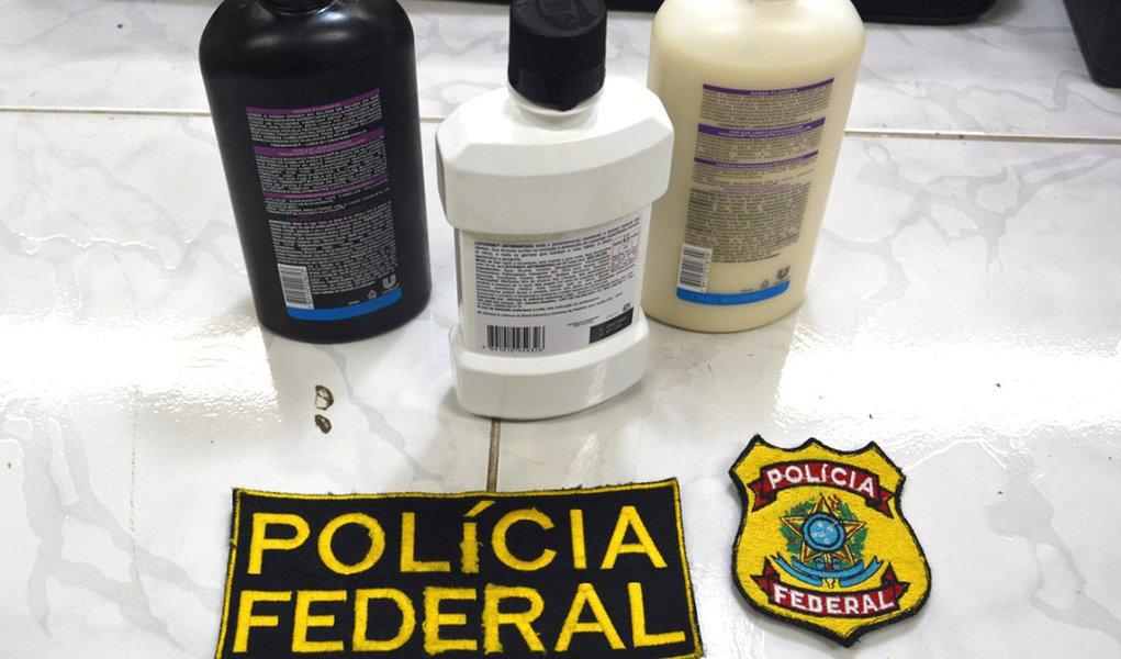 A Polícia Federal prendeu uma professora de inglês no Aeroporto Internacional dos Guararapes/Gilberto Freyre, no Recife; ela estava transportando 2,5 Kg de cocaína líquida em recipientes de xampu e antisséptico bucal; a professora é natural do Espírito Santo, mas reside na Bahia