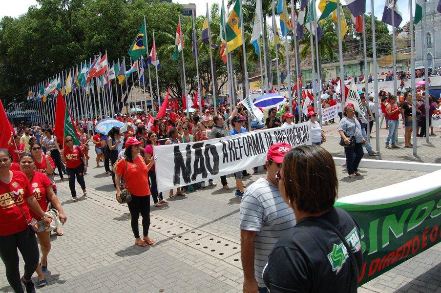 """A Central Única dos Trabalhadores de Alagoas tem ocupado todos os espaços fazendo a 'convocação' para ato público marcado para o próximo dia 28, em Maceió, denominado """"Pela manutenção dos direitos da CLT""""; entidades de classe já se mobilizam em torno da greve geral, em consonância com os demais estados, classificando a pauta que tramita no Congresso - a exemplo da proposta de reforma da Previdência - como """"anti-trabalhista"""""""