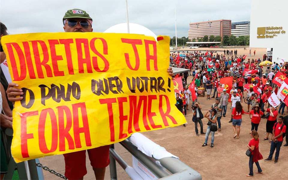 """""""Esse é o sentido de neste momento tomar conta das ruas com a bandeira das 'diretas já'. Não podemos abrir mão de ouvir a população, de debater os compromissos que o novo governo deverá assumir em relação à política econômica, à democratização da imprensa, à educação pública e democrática, a não violência e tantas outras questões que dizem respeito às diversas populações que estão sendo massacradas por um sistema de exploração e exclusão que reorganiza e se fortalece no Brasil com o golpe"""", diz o deputado Paulo Pimenta (PT-RS); """"Não existe pacto possível para enfrentar a grave crise sem um banho de democracia"""""""