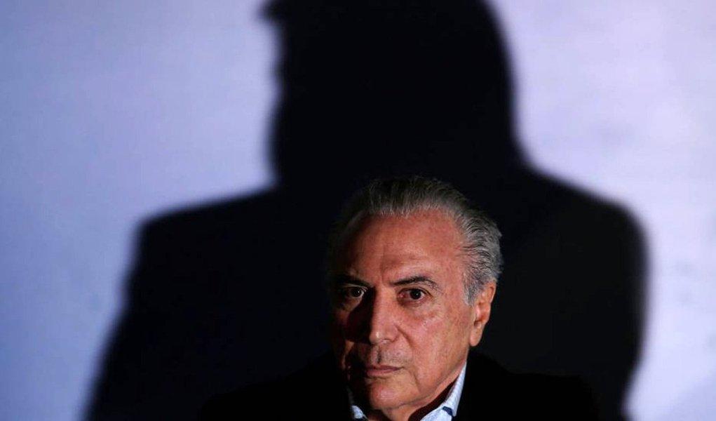 Nem o mais inspirado autor surrealista poderia retratar o momento que o Brasil vive hoje: um presidente ilegítimo, impopular, completamente desacreditado e comprovadamente encalacrado em transações pouco republicanas- verdadeiro morto-vivo- apega-se ao poder