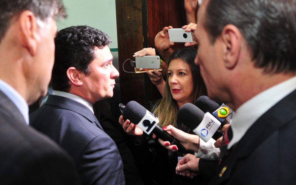 """Juiz federal Sérgio Moro rebateu, por meio de nota, a matérias publicadas pela imprensa apontando que o processo contra o ex-presidente Luiz Inácio Lula da Silva chegou à segunda instância judicial em tempo recorde; segundo o magistrado, os prazos foram """"seguidos estritamente""""; """"O tempo para subida de recursos da primeira instância à segunda instância depende exclusivamente da ocorrência ou não de incidentes nessa fase processual"""", disse; """"No caso em questão, os prazos processuais foram seguidos estritamente"""", assegurou"""