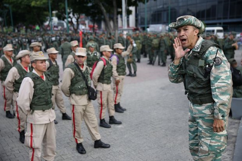 Members of the National Bolivarian Militia get ready before a military exercise in Caracas, Venezuela August 26, 2017. REUTERS/Andres Martinez Casares ORG XMIT: AMC03