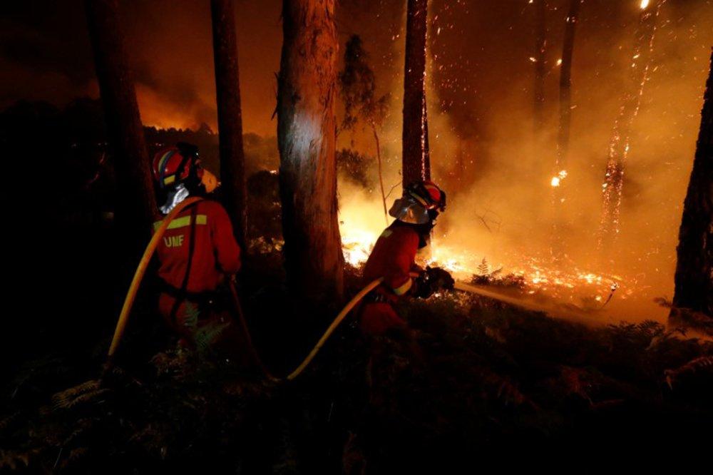 =Bombeiros trabalham para apagar incêndio perto do município de As Neves, na Espanha 15/10/2017 Ministério de Defesa da Espanha/UME/Luismi Ortiz/Divulgação via REUTERS