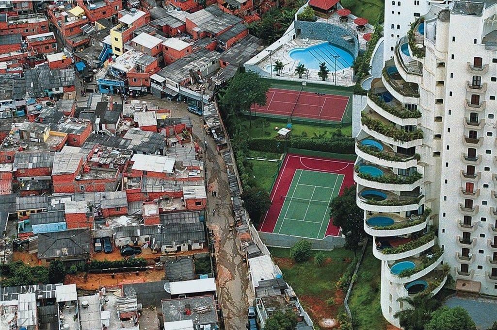 """Levantamento realizado peloWorld Wealth and Income Database, codirigido pelo economista Thomas Piketty, diz que a desigualdade de renda no Brasil não caiu entre 2001 e 2015 e permanece em níveis """"chocantes""""; segundo a pesquisa, os 10% mais ricos da população aumentaram sua fatia na renda nacional de 54% para 55%, enquanto os 50% mais pobres ampliaram sua participação de 11% para 12% no período; estudo vai na contramão de indicadores como o índice de Gini, que mostra a desigualdade, o qual indicou que houve uma melhora do cenário no Brasil, atribuída às políticas de redistribuição de renda dos governos do PT, como o Bolsa Família, e à política de valorização do salário mínimo, cujo valor real aumentou cerca de 50% no período"""