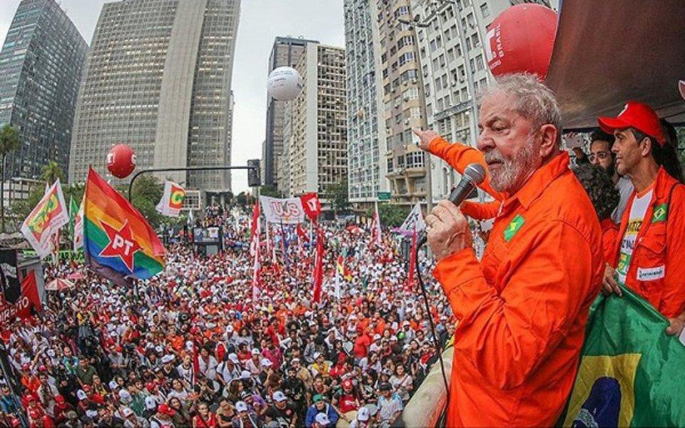 """No encerramento de ato pela soberania, diante da sede da Petrobras, ex-presidente afirma que continua sendo """"paz e amor"""", ataca imprensa e diz que """"o povo trabalhador voltará a governar"""""""
