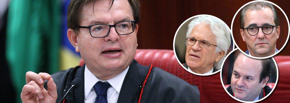 """O relator Herman Benjamin é o primeiro a saber que vai sair derrotado no julgamento da chapa Dilma-Temer. A frase em que Herman previu sua derrota foi a última de seu extenso voto que proferiu essa manhã, na qual também aproveitou para cutucar os três mosqueteiros de Temer: 'Eu, como juiz, recuso o papel de coveiro de provas vivas. Posso até participar do velório, mas não vou carregar o caixão'"""", relata o colunista do 247 Alex Solnik; """"Gilmar já tinha mandado a modéstia às favas. Agora, ele e seus parceiros vão mandar as provas às favas"""""""